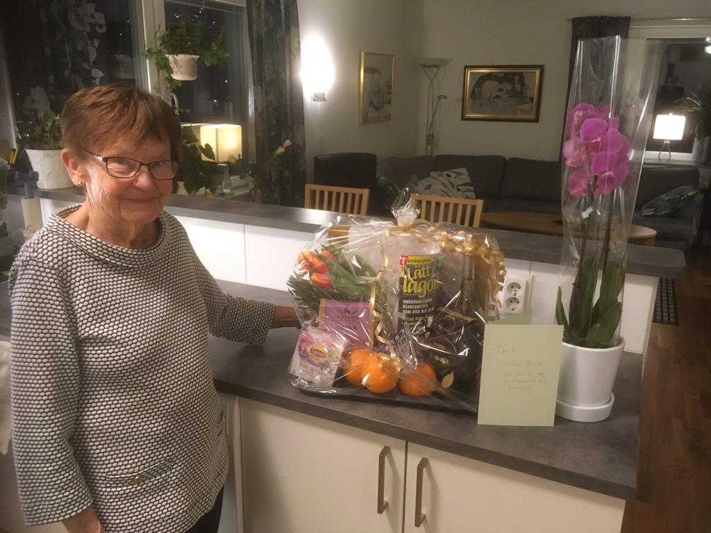 Ulla-Britt Johansson, avgående ordförande, avtackas med en blomma